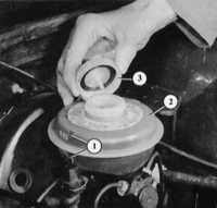 11.3 Проверка уровня тормозной жидкости