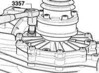 2.15 Визуальный контроль коробки переключения передач и главной передачи на утечки, проверка уровня и дополнение масла
