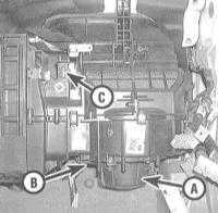 4.9 Снятие и установка электромотора привода вентилятора отопителя