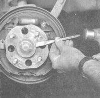 10.12 Снятие и установка сборки задней ступицы с колесным подшипником