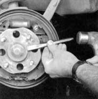 12.12 Снятие и установка сборки задней ступицы с колесным подшипником