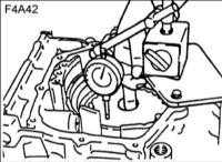 12.16 Регулировка осевого зазора тормоза низкой передачи и передачи заднего хода (F4A42)