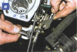 Снятие троса привода дроссельных заслонок карбюратора