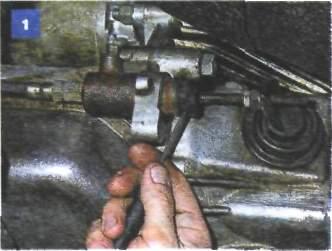 10.6 Снятие рабочего цилиндра гидропривода сцепления на автомобиле с двигателем УМПО-331