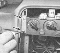 5.10 Снятие и установка сборки панели управления функционированием отопителя и кондиционера воздуха, регулировка приводного троса