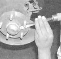 12.10 Снятие и установка сборки задней ступицы с колесным подшипником