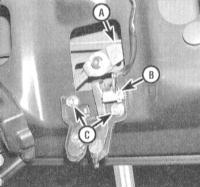 13.22 Снятие и установка защелки и цилиндра замка крышки багажного отделения