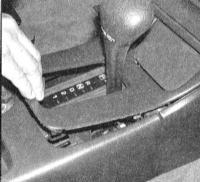 13.24 Снятие и установка центральной консоли