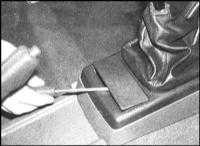13.27 Снятие и установка центральной консоли
