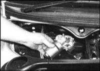 14.14 Снятие и установка электромотора и тяг привода очистителей ветрового стекла Skoda Felicia