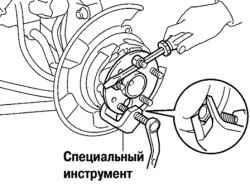 3.4.9.1 Замена болта ступицы заднего колеса