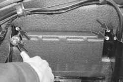 11.9 Снятие и установка полки аккумуляторной батареи