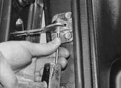 11.12.7 Снятие и установка ограничителя открывания двери задка