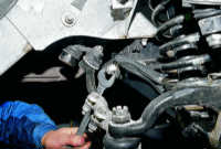 12.8 Замена резинометаллических шарниров нижних рычагов на автомобиле