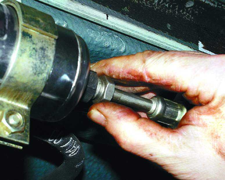 Фото №1 - замена бензофильтра ВАЗ 2110