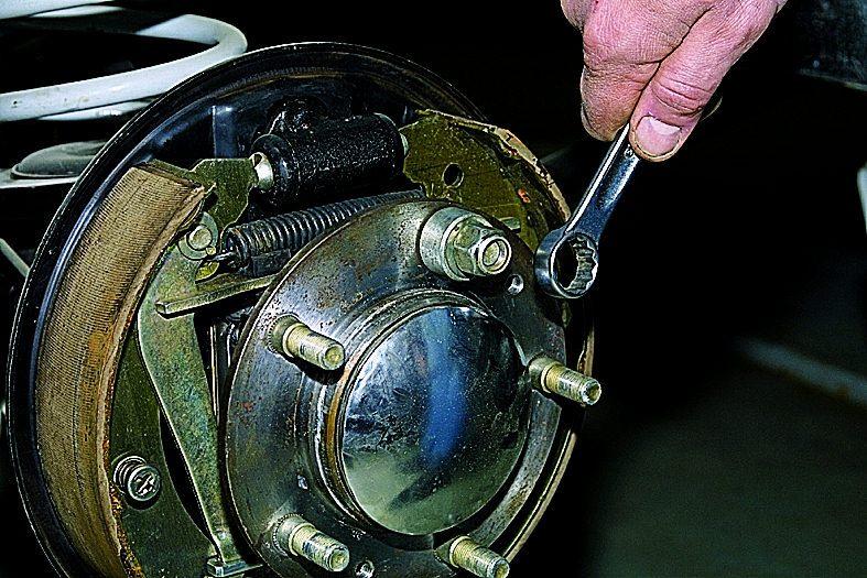 Как заменить шпильки на ступице уаз